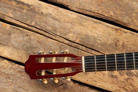 Photo pour Plateau de guitare avec cordes. Fait partie de la guitare classique sur de vieilles planches en bois . - image libre de droit