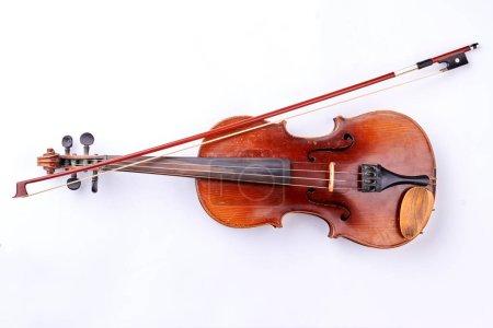 Photo pour Vintage violon sur fond blanc. Bâton de violon et violon de style rétro. Instrument pour orchestre. - image libre de droit