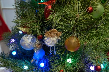 Photo pour Anges de Noël et décorations sur le sapin de Noël. Bouchent les ornements colorés sur l'arbre de Noël. Merry Christmas and Happy New Year. - image libre de droit