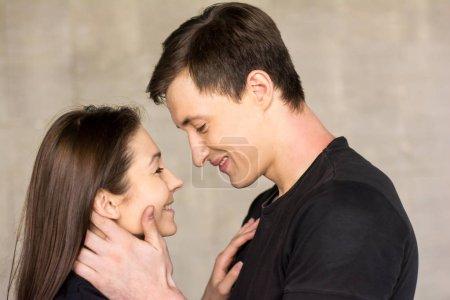 Photo pour Deux séduisantes jeunes amants. Beau couple étreindre et regardant les uns les autres. Sentiments douces et sensuels. - image libre de droit