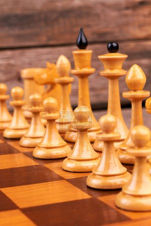Photo pour Figures d'échecs en bois sur l'échiquier. Morceaux de fromage en bois, y compris reines et pions. Comment mettre en place un jeu d'échecs . - image libre de droit