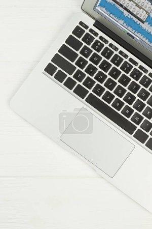 Photo pour Ordinateur portable en argent sur fond blanc. Clavier de l'ordinateur portable, image verticale recadrée. Technologie portable moderne . - image libre de droit