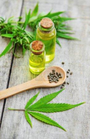 Photo pour Huile de cannabis dans une petite bouteille. Mise au point sélective. nature. - image libre de droit