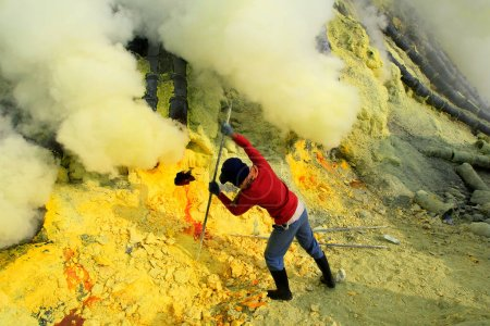 Photo pour 27/05/2015, Banyuwangi, East Java, Indonesia: Sulfur miners in the Ijen crater. The health condition of miners is very risky because it is not equipped with adequate safety standard equipment. - image libre de droit