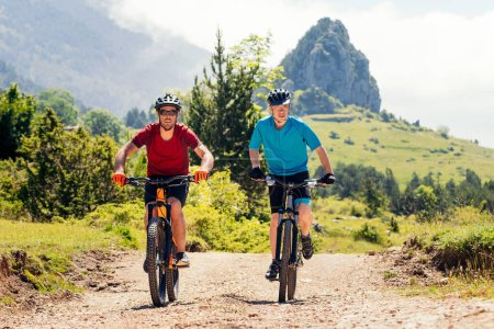 dwóch młodych rowerzystów korzystających ze swoich rowerów górskich na wsi, koncepcja sportu z przyjaciółmi i zdrowego stylu życia w przyrodzie