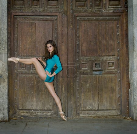 Photo pour Ballerina pose in the street - image libre de droit