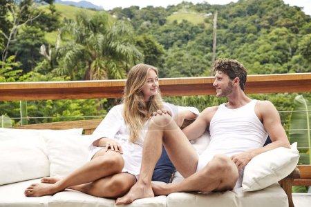 Photo pour Couple de matinée détente ensemble sur balcon - image libre de droit