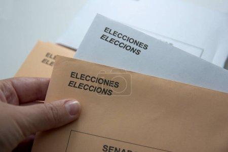 Photo pour Someone holds their votes for the elections to General Courts in Spain - image libre de droit