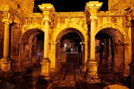 Photo pour Antalya, Turquie - 21 décembre 2019 : Murs et tour d'une ancienne forteresse la nuit dans un éclairage spécial en Turquie à Antalya - image libre de droit
