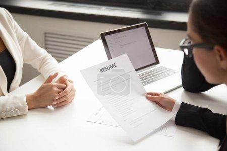 Photo pour PDG de l'entreprise et ressources humaines gestionnaire lecture CV demandeur ou cv employé en attente pour les questions, discussion et résultat au cours du processus de recrutement au bureau. Concept d'embauche, emploi. Vue de près - image libre de droit