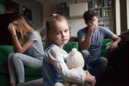 Chica frustrada cansada de las peleas de los padres, niños y divorcios conce
