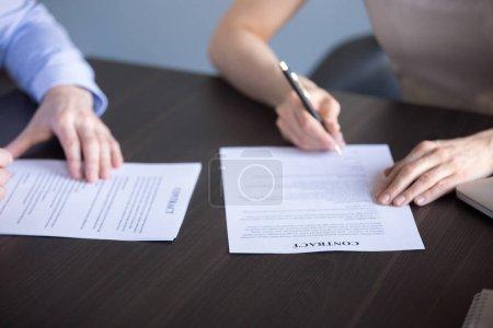 Photo pour Gros contrat de coopération d'affaires partenaires signe au cours de la réunion d'entreprise bureau, employé embauché et signature PDG mis d'accord après entrevue réussie. Collaboration, concept d'emploi - image libre de droit