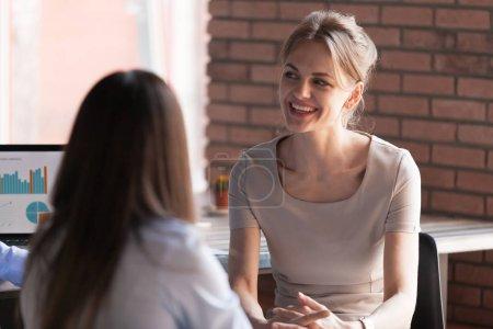 Photo pour Personnes sympathique souriant millénaire parler avec collègue pendant la pause au bureau, femme d'affaires distrait du travail avoir conversation avec vos collègues, bavarder. Concept de communication - image libre de droit