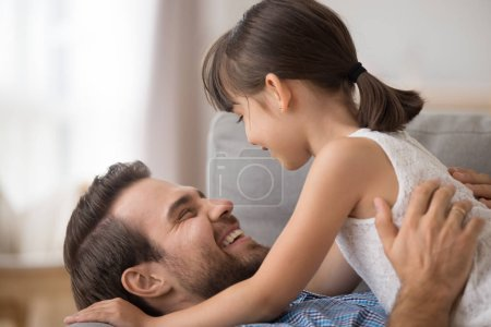 Ojciec córka uściski, śmiejąc się razem z bliska