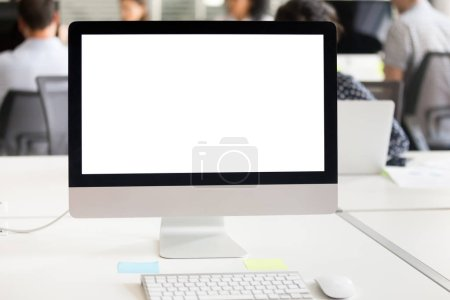 Photo pour Maquette écran blanc sur le Bureau à l'arrière-plan de bureau, affichage vide maquette sur table au milieu de travail, moniteur de périphériques vide avec fond et icônes pour l'utilisation d'affaires travail et logiciels d'applications - image libre de droit