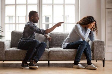 Photo pour Mari noir en colère argumentant en criant blâmant femme bouleversée de problèmes, jaloux méfiant dominant afro-américain petit ami contrôlant crier à la triste petite amie, querelle de famille combat à la maison - image libre de droit