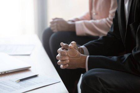 Photo pour Homme d'affaires aux mains jointes négociant un contrat lors d'une réunion de groupe, homme en costume lors du processus de négociation ou conseil juridique axé sur l'écoute de la décision, la consultation d'un avocat, la vue rapprochée - image libre de droit