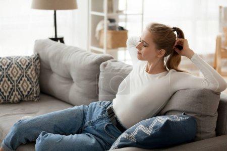 Photo pour Détente jeune femme reposant sur divan confortable détente à respirer l'air frais, fille d'adolescent convaincu paresseux heureux qui s'étend sur le canapé ne profitant sans aucun stress week-end matin agréable journée à la maison - image libre de droit