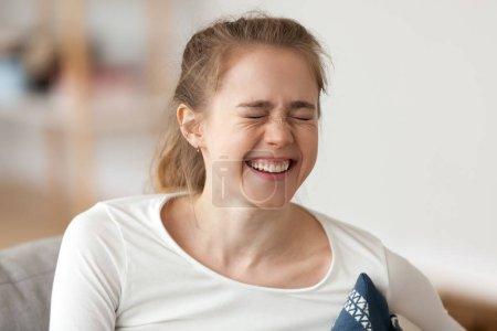 Photo pour Heureuse jeune fille riant, joyeuse femme occasionnelle adolescente avec une expression drôle de visage jouissant d'émotions positives sincères, concept de rire, joyeuse adolescente mignonne se moquant de l'humour blague ricanant - image libre de droit