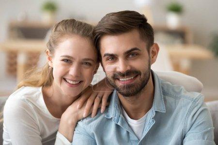Photo pour Portrait de heureux couple millénaire en amour regardant la caméra, jeune homme et femme sortir ensemble posant à la maison, petit ami souriant petite amie ou mari femme relation romantique concept, coup de tête - image libre de droit