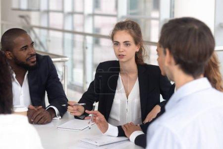Photo pour PDG de discuter le projet au groupe multiracial d'information dans la salle de conférence, employés écoute suggestions avis du chef d'équipe. Mentorat des entraîneurs ou d'affaires partenaires planification concept de coopération future - image libre de droit