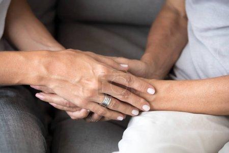Photo pour Fermez deux femmes caucasiennes tenant la main. Relative personne fiable aimant mère et fille se soutenir mutuellement. Symbole geste d'un ami de confiance, compassion empathie ou concept de pardon - image libre de droit