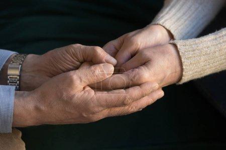 Photo pour Aimer mari aîné tenant la main de la femme d'âge moyen donner du soutien, les personnes âgées homme et femme ensemble en tant que partenaires de confiance dans heureux mariage aîné, empathie espoir compréhension concept, vue de près - image libre de droit