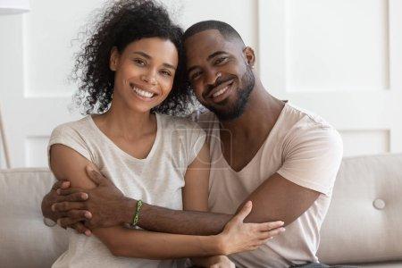 Heureux jeune souriant câlin afro-américain portrait de famille .