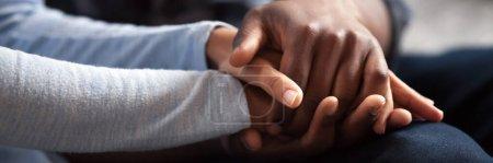 Photo pour Gros plan photo couple africain amoureux, femme homme tenant la main. geste de sentiments sincères, compassion, excuses, ami fiable, partager la douleur ou le bonheur. Bannière horizontale pour la conception d'en-tête de site Web - image libre de droit