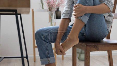 Photo pour Gros plan de épuisé femme d'affaires toucher massage pied souffrent de talons inconfortables chaussures au travail, fatigué mal à l'aise sensation féminine inconfort dans les jambes, soulager la douleur des pieds mal, ont tendu les muscles - image libre de droit