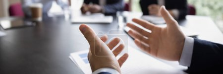 Photo pour Un chef de projet d'homme d'affaires gesticuler les mains tout en parlant lors d'une réunion de groupe formelle, fermer. Discours convaincant de l'orateur. Concept de négociation. Bannière photo horizontale pour la conception d'en-tête de site Web - image libre de droit