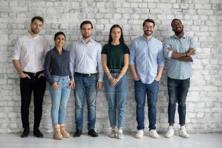 Portrait complet motivé succès équipe diversifiée employés debout ensemble