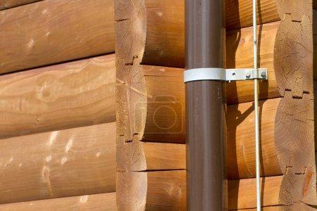 Photo pour Fixation d'un égout et d'un paratonnerre sur la maison en bois . - image libre de droit