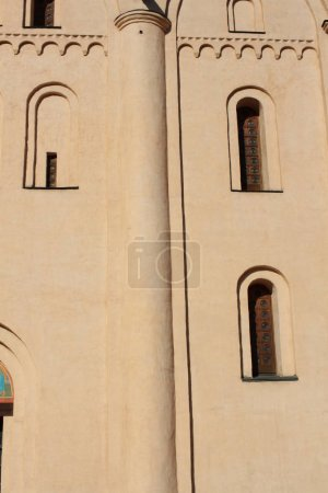 Photo pour Fenêtres étroites de l'église chrétienne. - image libre de droit