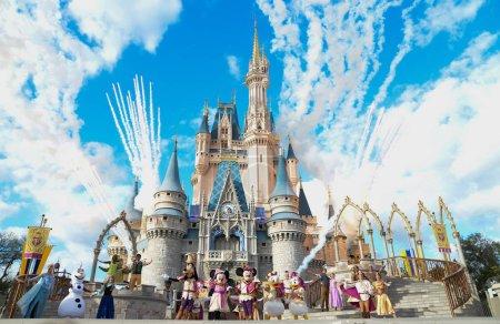 Photo pour Disney Magic Kingdom Cendrillon château, Mickey, Disney Frozen Elsa et jouer live Anna avec feux d'artifice. Photo prise le février 2018, Disney World, Orlando, Florida, Usa - image libre de droit