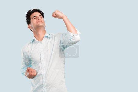 Photo pour Jeune homme beau avec la victoire de peau bronzée ou signe de succès. Concept de célébration . - image libre de droit