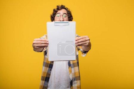 Photo pour Jeune fou fou fou pose tenant une pancarte - image libre de droit