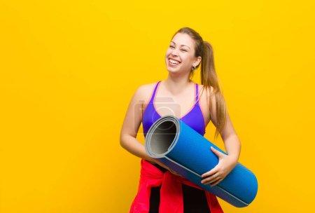Photo pour Jeune femme blonde avec un tapis de yoga. concept sportif - image libre de droit