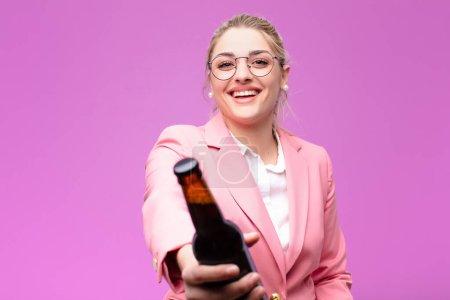 Photo pour Jeune jolie femme blonde prenant une bière - image libre de droit
