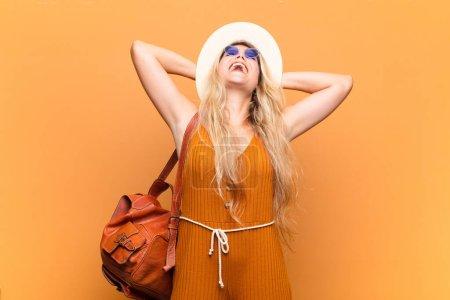 Photo pour Jeune jolie femme latine souriante et se sentant détendue, satisfaite et insouciante, riant positivement et frileuse. concept touristique - image libre de droit