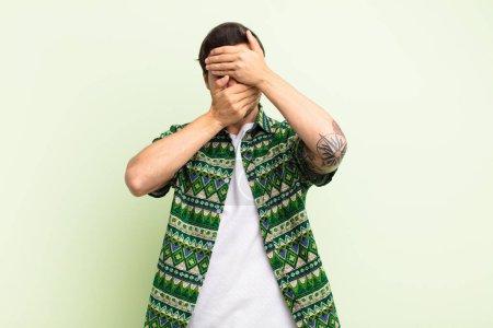 Photo pour Homme couvrant le visage avec les deux mains disant non à la caméra ! refuser des photos ou interdire des photos - image libre de droit
