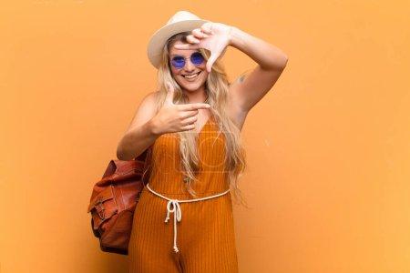 Photo pour Jeune jolie femme latine se sentant heureuse, amicale et positive, souriante et faisant un portrait ou un cadre photo avec les mains. concept touristique - image libre de droit