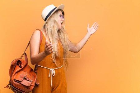 Photo pour Jeune jolie femme latine jouant de l'opéra ou chantant lors d'un concert ou d'un spectacle, se sentant romantique, artistique et passionnée. concept touristique - image libre de droit