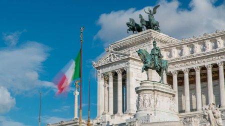 Photo pour Rome, Italie. Vittoriano célèbre gigantesque statue équestre du roi Vittorio Emanuele Ii timelapse. Bleu ciel nuageux - image libre de droit