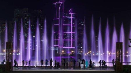 Photo pour Soirée Spectacle de fontaine musicale. Fontaines chantantes à Sharjah timelapse, EAU 4K - image libre de droit