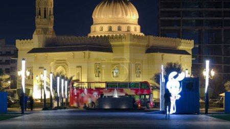 Photo pour Sharjah, Émirats Arabes Unis - septembre 2016: Al Noor mosquée à Sharjah nuit avec fontaine timelapse. Émirats Arabes Unis - image libre de droit