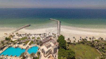Photo pour Belle zone de la plage à Ajman timelapse près des eaux turquoises du golfe Persique, Émirats Arabes Unis. Vue panoramique sur le toit. 4k - image libre de droit