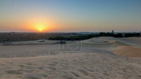 Photo pour Paysage désertique extrême timelapse avec orange coucher de soleil, beau fond de sable avec la lumière du soleil chaud, désert, beauté de la nature, Émirats Arabes Unis, Ajman - image libre de droit