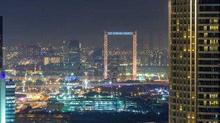 Photo pour Temps de nuit skyline de Dubaï avec le quartier de Deira. Vue aérienne du centre-ville de Dubaï le soir avec des gratte-ciel éclairés - image libre de droit