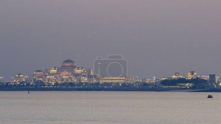 Nouveau palais présidentiel illuminé le soir. Timelapse du jour au soir. Abu Dhabi, Émirats arabes unis. Vue depuis la corniche